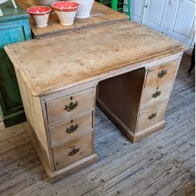 Small Kneehole desk Desks